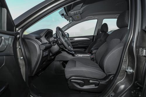 精英智联型前排坐席空间(副驾视角)