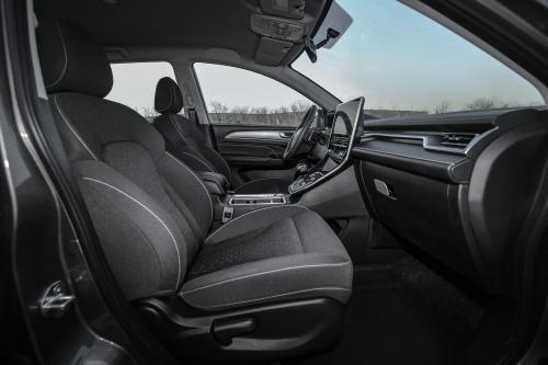 精英智联型前排坐席空间(主驾视角)